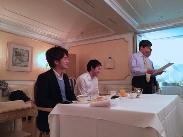 登壇者は、前に座っています。ご飯も食べます。